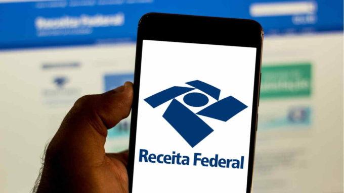 Celular em página da Receita Federal