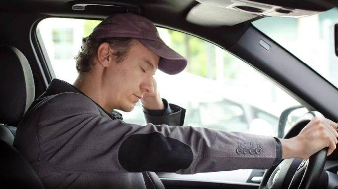 Motorista cansado ao volante