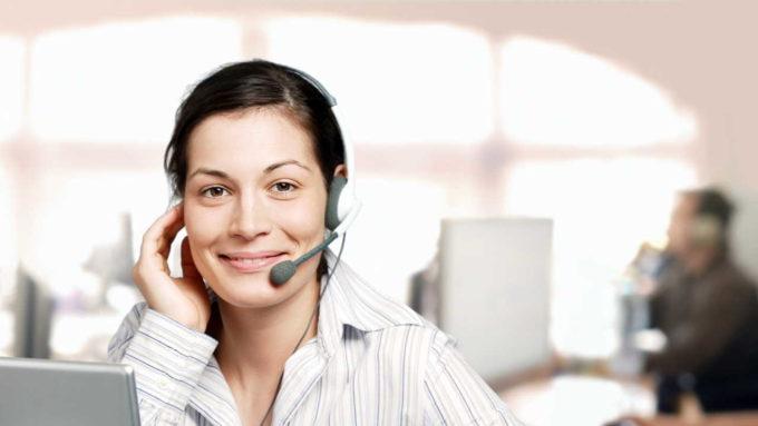 Mulher em atendimento por telefone