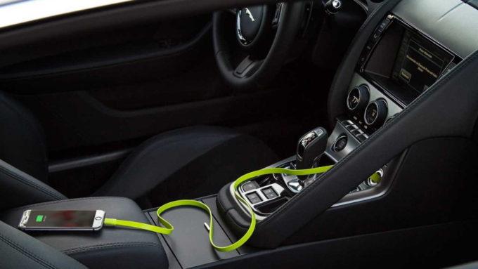 Carregando celular no carro