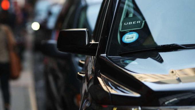 Carro preto com adesivo da Uber