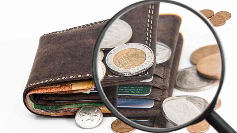 Carteira com notas e moedas
