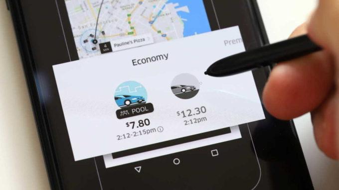 Celular com app Uber aberto