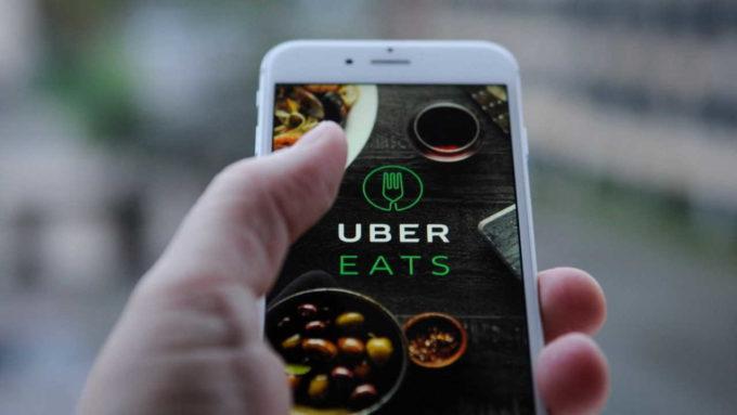 Celular com Uber EATS aberto