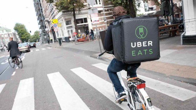 Entregador UberEATS de bicicleta