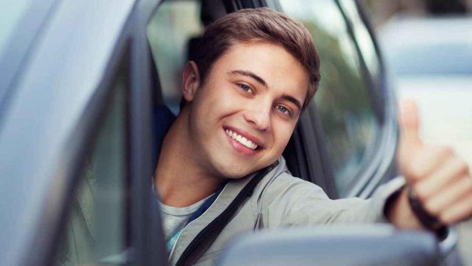 Jovem dirigindo