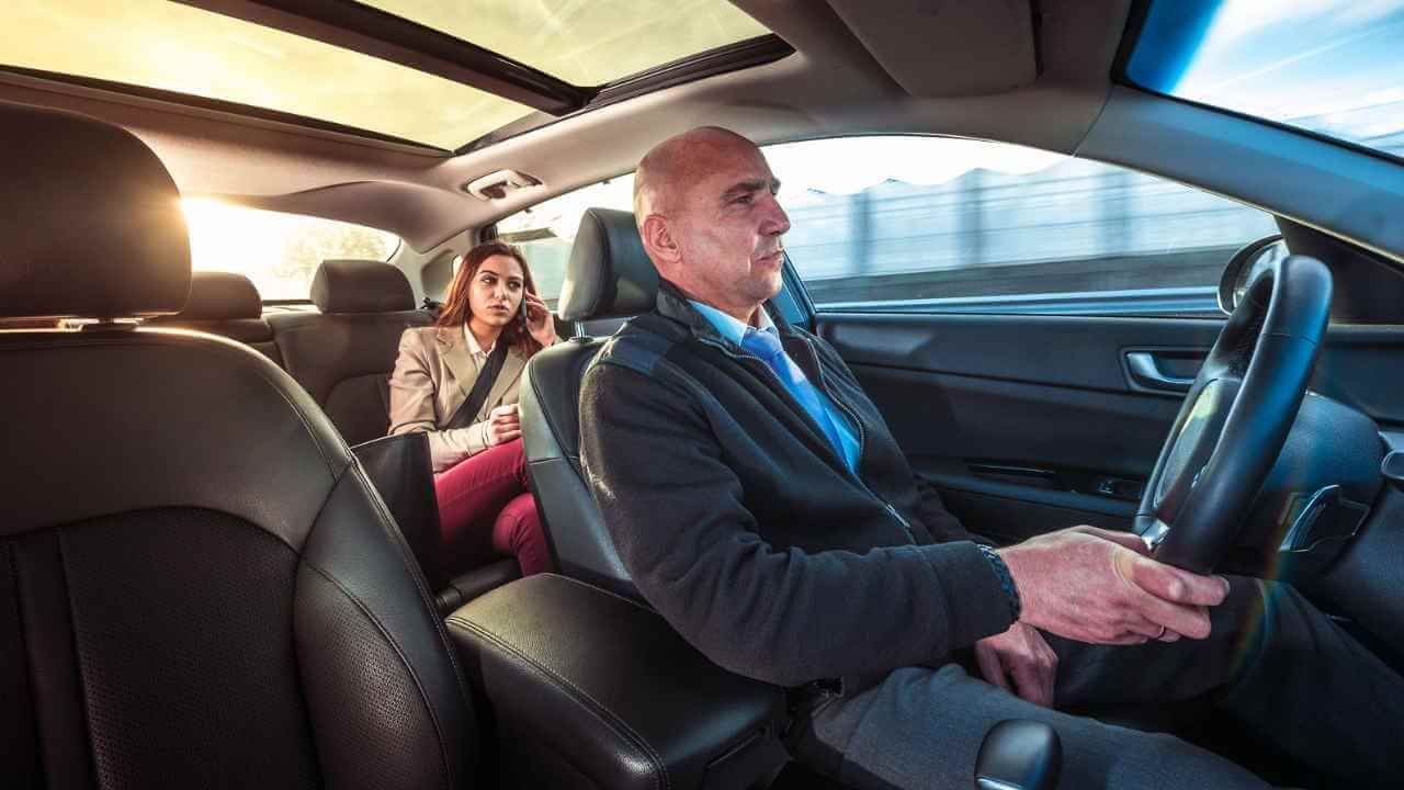 Motorista com passageira no carro