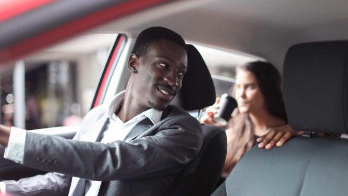 Motorista transportando passageira no Uber