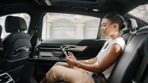 Passageira no banco de trás do Uber
