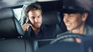Passageiro usando telefone