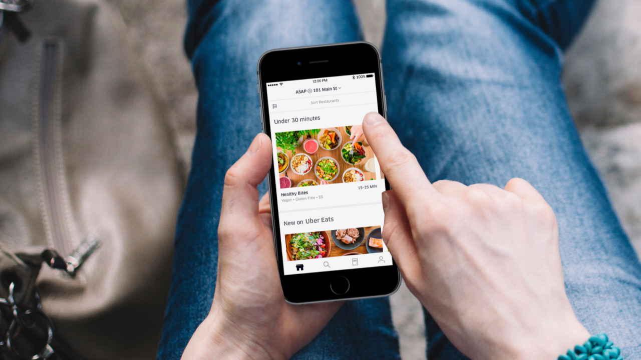 Pessoa fazendo pedido no app Uber EATS
