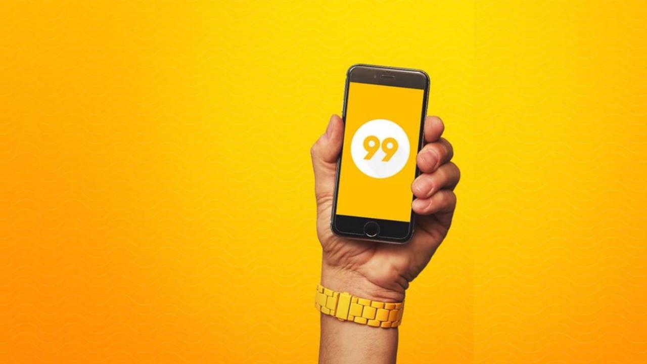 Pessoa segurando celular com app da 99 aberto