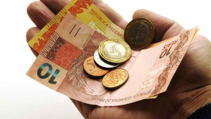 Segurando dinheiro na mão