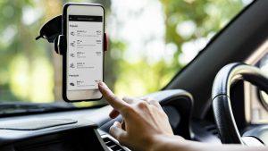 Pessoa selecionando categoria do Uber no aplicativo