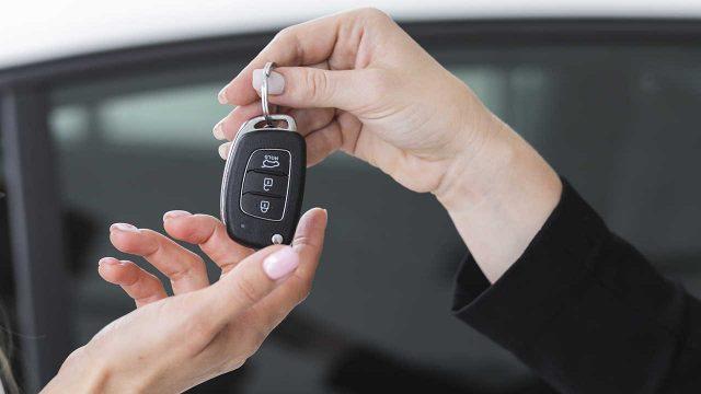 Entregando a chave do carro novo