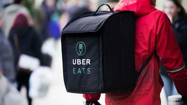 Entregador Uber EATS com bolsa nas costas