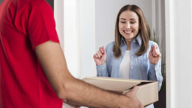 Homem entregando pacote para cliente