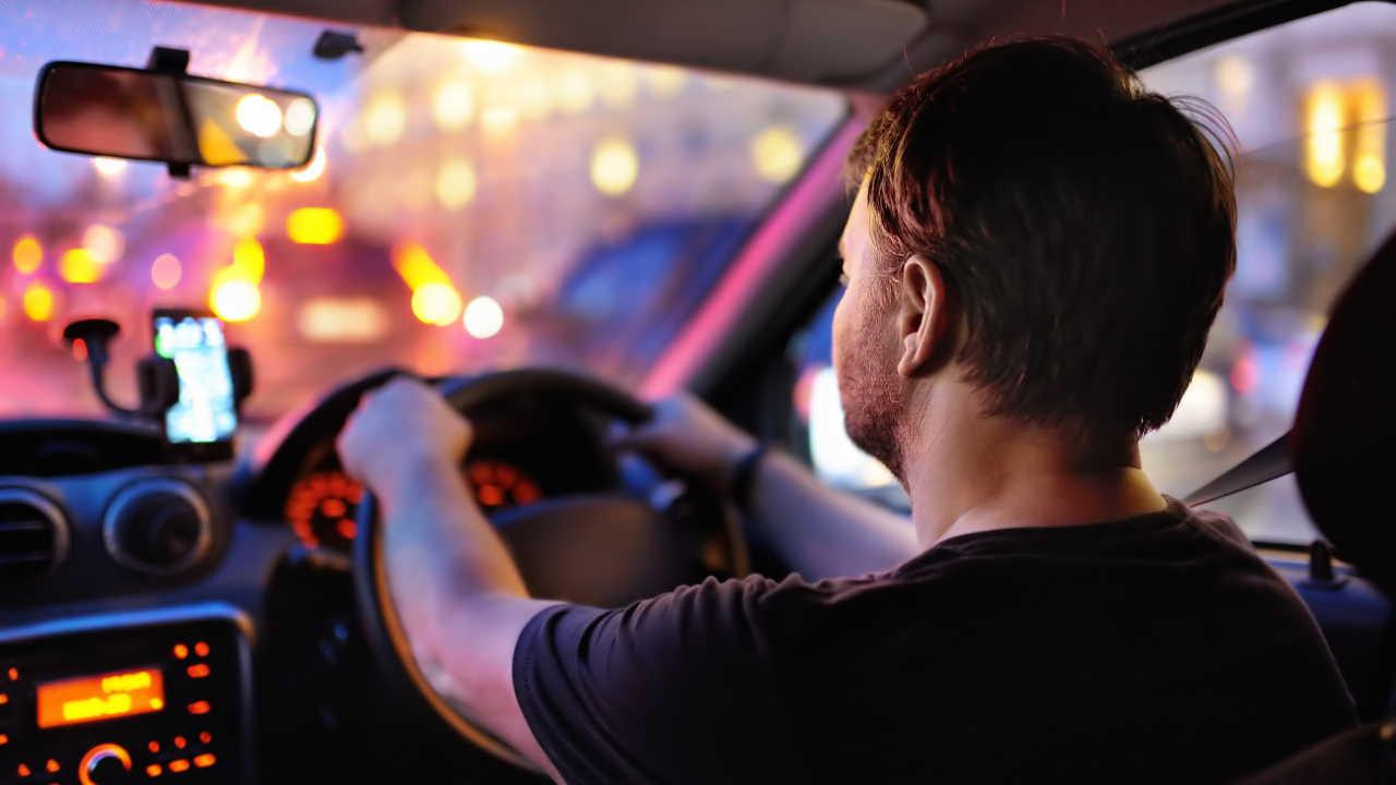 Motorista dirigindo a noite