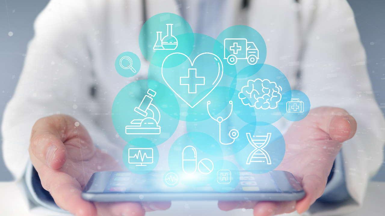 Segurando celular com ícones de saúde