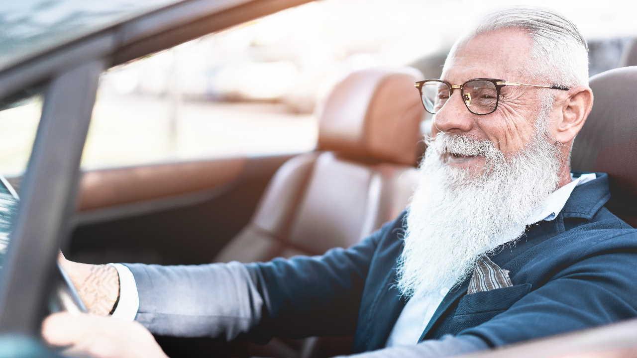 Senhor dentro de carro conversível