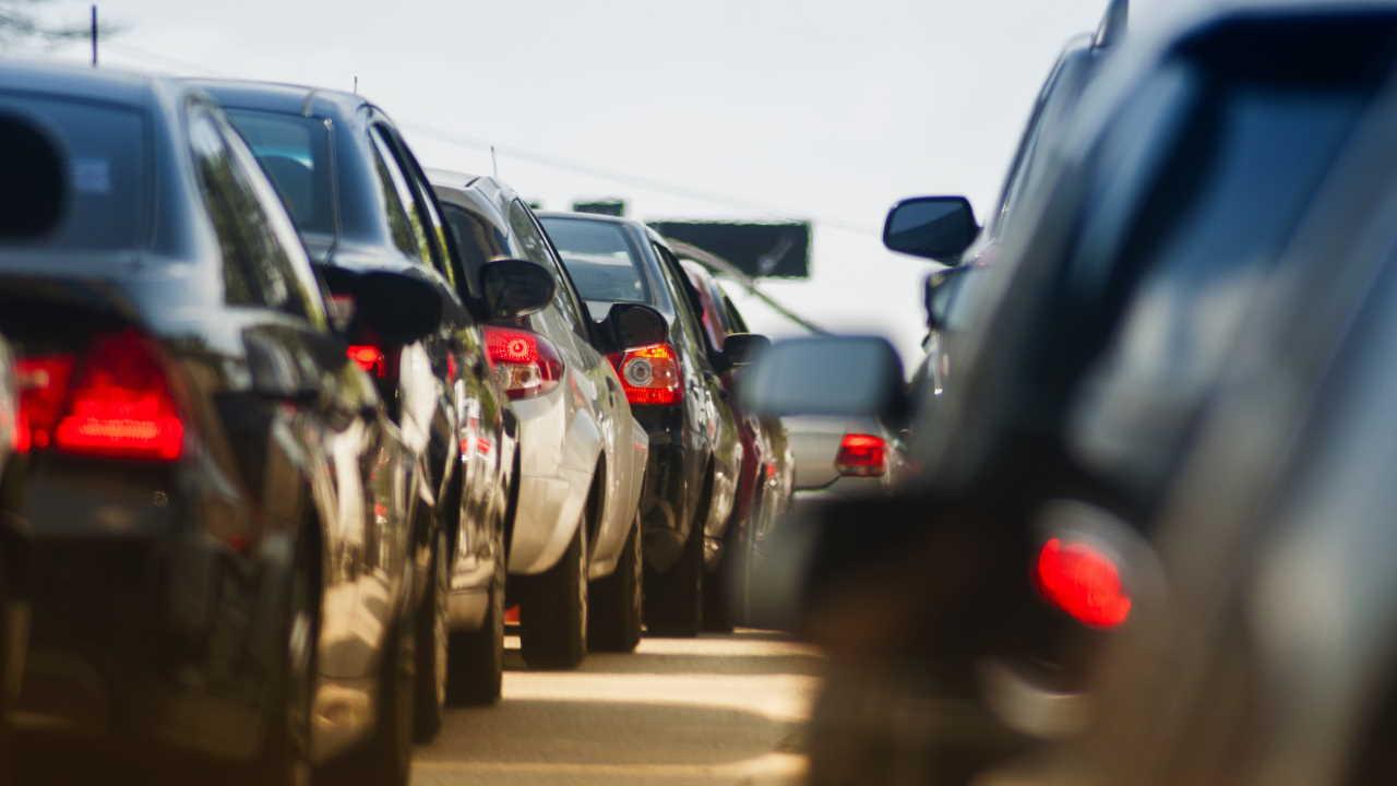 Veículos parados em congestionamento