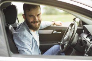 Motorista sorrindo