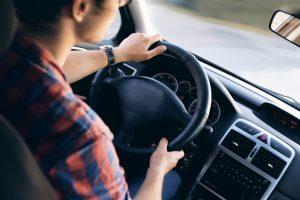 Motorista ao volante - Uber Promo
