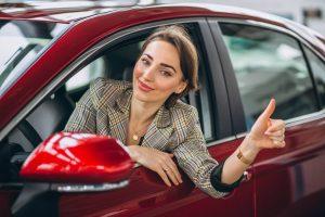 Motorista mulher acenando pela janela do carro