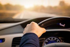 Motorista segurando o volante
