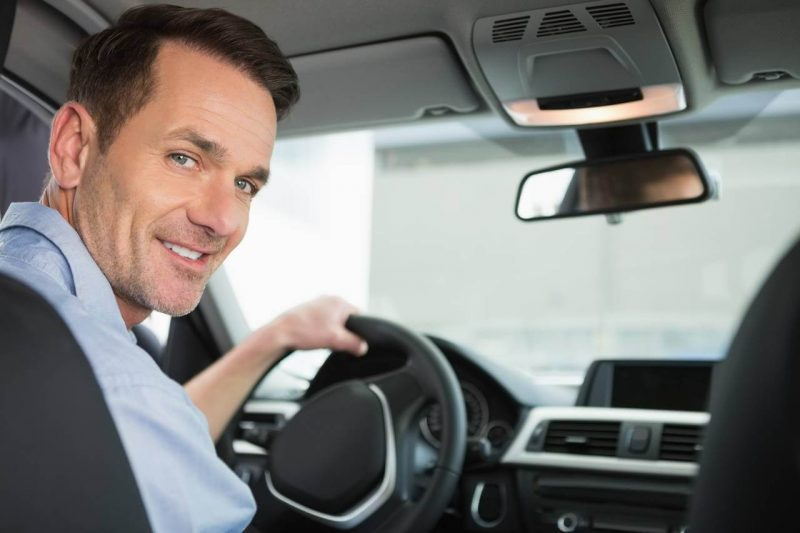 Motorista de aplicativo sorrindo