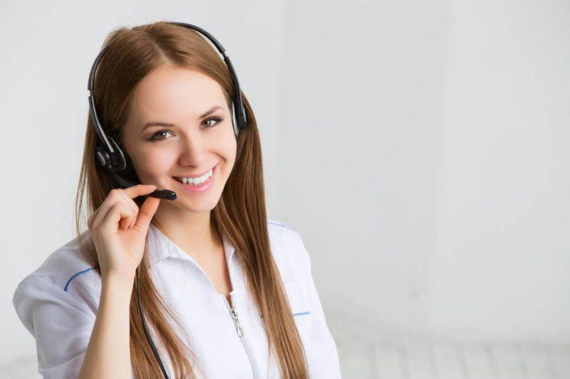 Mulher realizando atendimento por telefone